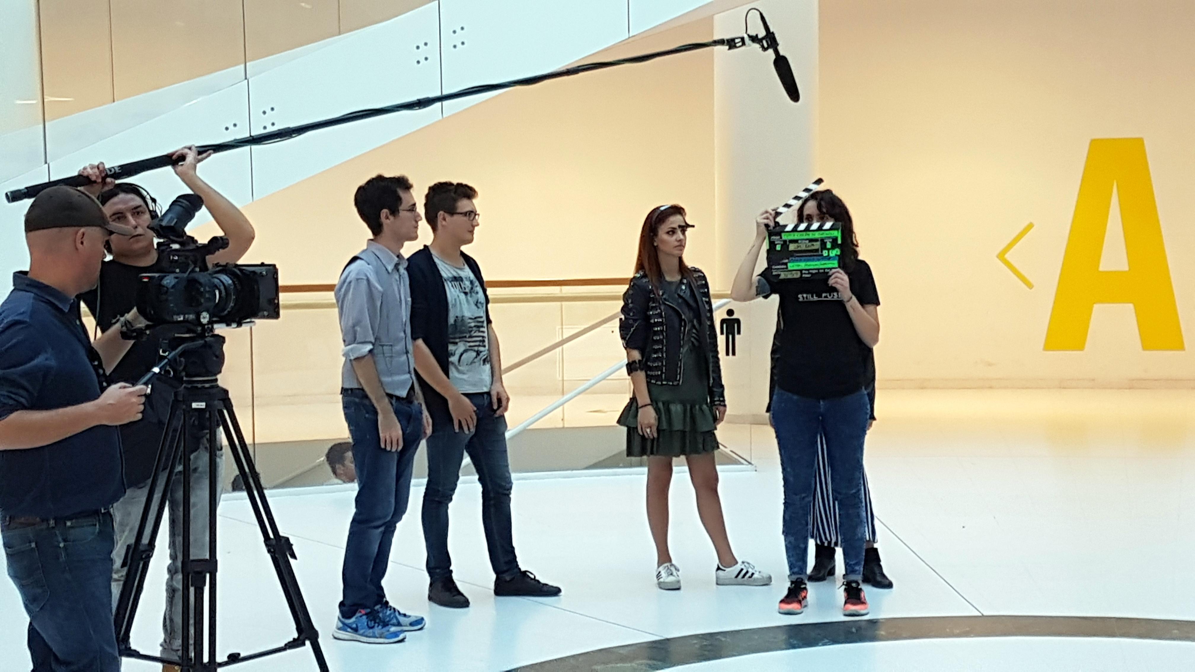 la troupe durante la registrazione della puntata di tutta colpa di darwin